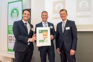 CSC - ein Wertesystem der neuen Generation:BTB-Hauptgeschäftsführer Dr. Olaf Aßbrock überreichte das CSC-Zertifikat an Dr. Markus Pfeuffer (Mitte), Mitglied der Geschäftsführung, Heidelberger Beton GmbH und Matthias Elser (li.), Technischer Betriebsleiter der Heidelberger Beton GmbH - Region Süd-West, die die Auszeichnung stellvertretend für die Heidelberger Beton GmbH entgegennahmen.<br />