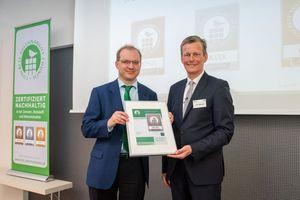 Dr. Christian Artelt (links), Senior Manager Sustainable Construction bei HeidelbergCement, nahm die Auszeichnung für die deutschen Zementwerke der HeidelbergCement AG stellvertretend entgegen. Überreicht wurde das CSC-Zertifikat in Silber von BTB-Hauptgeschäftsführer Dr. Olaf Aßbrock.<br />