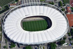 Pünktlich zum Bundesliga-Start der Saison 2017/2018 erstrahlte die Mercedes-Benz Arena in Stuttgart mit erneuerter Korrosionsschutz-Beschichtung der Stahlträger und neuem Dach.