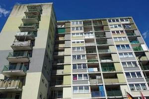 Triste Farbtöne sowie sanierungsbedürftige Balkone und Loggien prägten das Erscheinungsbild des Wohnhochhauses vor der Baumaßnahme.