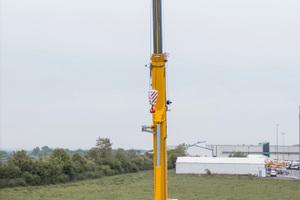 Der Demag AC 300-6 Kran hebt bis zu 15 Tonnen bei einer voll ausgefahrenen Länge von 80 Metern auf Höhen von bis zu 78 Metern.