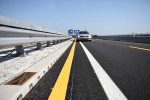 Die neue Linienentwässerung Aco Drain KerbDrain Bridge liegt als Teil der Brückenkappe außerhalb der Fahrbahn. So leistet sie auch bei der Verkehrsführung im Baustellen- und Wartungsbetrieb, selbst unter Ausnutzung der Verkehrsfläche bis an den Bordstein, eine sichere Entwässerung.