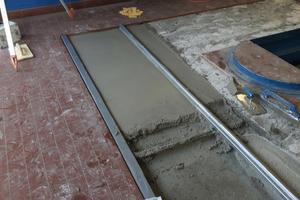 Für die Scheinwerfereinstellplätze wurde Rapid Set Mortar Mix mit Wasser angerührt, bis die Masse pastös-fließend war. Die Höhe der Betonschicht beträgt drei bis acht Zentimeter.