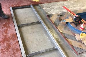 Nachdem die alte Verfliesung entfernt wurde, konnte die Vertiefung für den Stahlrahmen vorbereitet werden, auf dem das Lichteinstellgerät gleitet. Der Rahmen besteht aus zwei Profilen in 4,5 m Länge und fünf Distanzstücken mit 62 cm Länge.