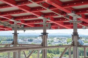 Speziell für den Einsatz an den Bavaria Towers hat Hünnebeck einen Sonderkopf entwickelt, der die Topmax Stahlrahmentische in der gewünschten Schräglage mit der Gass-Unterstützung verbindet.