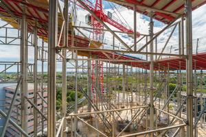 Die Unterstellung der über 9 m hohen Dachebene erfolgte mit dem leichten, leistungsfähigen Unterstützungssystem Gass – ein Baukastensystem aus belastbaren Aluminiumbauteilen.