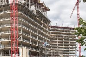 Vorbildliche Absturzsicherung: Rund 2.600 Protecto Schutzgitter aus dem Hünnebeck Programm sorgen der Münchener Großbaustelle für hohe Arbeitssicherheit.