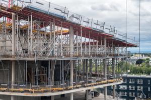 Eine über 9 m hohe Unterstützung aus dem Gass-Baukastensystem trägt die schräg gestellten Topmax-Stahlrahmendeckenschaltische.