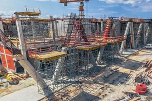 Zum Betonieren des zweiten Abschnitts der 10,3m hohen Säulen wurde mit dem Peri Up Flex-Traggerüst eine Arbeitsplattform errichtet, die sich im 25-cm-Systemraster flexibel an die schräg im Raum verlaufenden Rundsäulen anpassen ließ.
