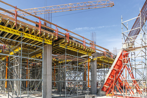 Mit Peri-SRS-Säulenrundschalungen ließen sich V-förmige Säulen mit einem Durchmesser von bis zu 100cm herstellen. Der erste, 6m hohe Betonierabschnitt wurde mit SRU-Stahlriegeln und Schwerlastspindeln des Variokit-Ingenieurbaukastens abgestützt.