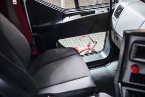 Vorbildliches Sicherheitskonzept für den Kommunalbetrieb: Die Vision-Beifahrertür sorgt für optimalen Durchblick.