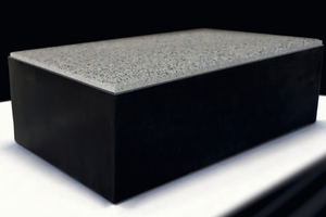 Combiconnect: Ein Betonpflasterstein im Format 30 x 18 x 10 cm - mit werkseitig fixiertem, steinumfassendem EPDM Kastenprofil.