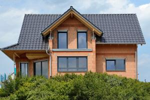 Ziegel ist klarer Marktführer bei Baustoffen für Wohngebäude. Wie das Statistische Bundesamt mitteilte, wurden 2017 insgesamt 30 Prozent aller Wohngebäude mit Ziegeln errichtet, im Bereich Einfamilienhäuser sogar 34,7 Prozent. Jedes dritte Haus in Deutschland ist somit ein Ziegelhaus.<br />
