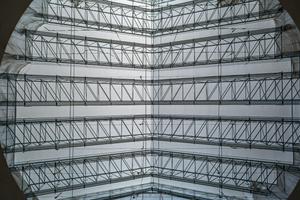 Zur Realisierung der enormen Spannweite von 36,50 m wurde das LGS-Wetterschutzdach unterspannt.