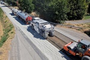 Bitumentankwagen und Suspensionsmischanlage versorgen die Maschinen der WR-Baureihe mit den Bindemitteln für die Aufbereitung der sanierungsbedürftigen Fahrbahn.