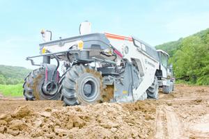 Bodenstabilisierer verwandeln ungenügend tragfähigen Untergrund in gut einbaufähigen und verdichtbaren Boden.