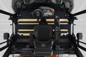Im geräumigen Fahrerstand der GRW 280i herrscht dank Easy Drive Übersicht, denn die wenigen Schalter sind klug angeordnet. Gelenkt wird mit dem Lenkrad, die Fahrsteuerung erfolgt per Joystick an der Multifunktionsarmlehne.