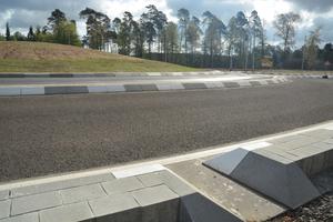 Die geplanten Fahrspuren der Kreisfahrbahnen wurden unter Beachtung der erforderlichen Schleppkurven in einer Breite von 4,50 Metern ausgeführt. Zusätzlich erfolgte eine 1,0 Meter breite bauliche Mitteltrennung zur Vermeidung von unzulässigen Spurwechselvorgängen.