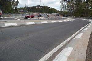 Der Verkehr wird über die Landesstraße L369 in Richtung des US-Geländes geführt und über einen Kreisverkehrsplatz gebündelt, der die Fahrzeuge auch zum Checkpoint für Armee und Luftwaffe verteilt.