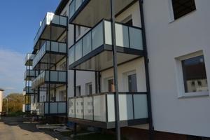 Offen geplant sorgen die Balkone nicht nur für eine ansprechende Gebäudeoptik, sondern ebenso für eine moderne Wohnraumerweiterung.