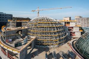 Die Kuppel des ZaM (Zentrum für ambulante Medizin) überspannt mit 35 m Durchmesser und 22 m Höhe das zentrale Atrium des Klinikneubaus in Bad Neustadt.
