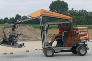"""Auch das Spitzenmodell von Optimas, die Pflasterverlegemaschine H 99 Limited Edition """"Harald Kleinemas"""", wird gezeigt."""