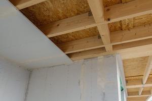 Die Decke zum 2. Dachgeschoss wird komplett in Holzbauweise ausgeführt.