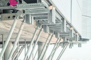 Zur besseren Zugänglichkeit der Arbeiten am Deckenrand ist auf jeder Deckenebene eine Arbeitsbühne montiert. Die Bühnen wurden als vormontierte Elemente inklusive Windschild auf die Baustelle gebracht.