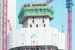 Der Gebäudekern wird vorlaufend - soweit möglich - mit Elementen der SCF Selbstkletterschalung geklettert und geschalt. Die äußeren Bereiche entstehen geschützt hinter einem 13 m hohen Windschild.