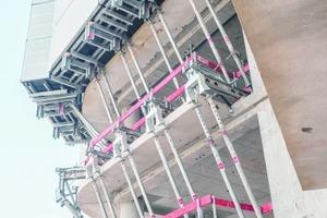 Die Balkone an der Fassade sind nicht in der Lage, die Auflasten aus dem Windschild zu tragen. Daher wurden die Balkone durch Konsolen überbrückt.