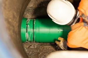 Tight-In-Pipe-Verfahren: Der Einbauvorgang der Rohre aus PP-HM erfolgt in der Regel von Schacht zu Schacht – ohne Tiefbauarbeiten.