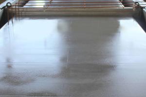 Das Reinigungsmittel CLN 689 entfernt Rost, Zementrückstände, Fett, Kunststoffreste und andere Verunreinigungen auf Schalungen.