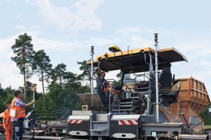 """Auf der Autobahnbaustelle bei Potsdam unterstützte die AutoSet Plus Funktion """"Einbauprogramme"""" das Einbauteam."""