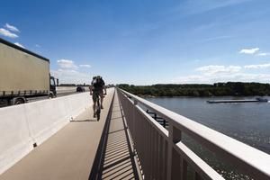 Auf der neuen Schiersteiner Brücke (A 643) über den Rhein schützt die Betonschutzwand LT 104 von Linetech Radfahrer, Fußgänger und den Schiffsverkehr sicher vor den Kraftfahrzeugen.