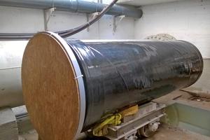 Unter Zuhilfenahme eines Transportwagens werden die vier Meter langen und 1,6 Tonnen schweren Rohrstücke zum Einbauort transportiert (rechts).