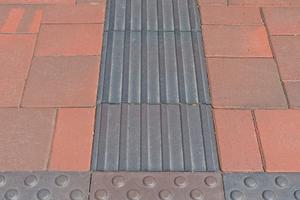 Die Noppen- und Rippenklinker dienen mit ihrer strukturierten Oberfläche als Aufmerksamkeitsfelder oder Leitstreifen.