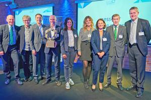 Der Gesamtsieger des diesjährigen Wettbewerbs: Die Nesseler Grünzig Gruppe gemeinsam mit dem Moderator der abendlichen Preisverleihung Karl-Heinz Müller (rechts).