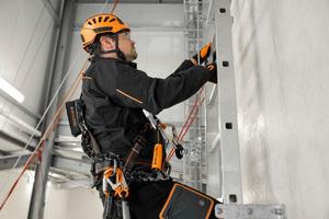 Die Grundelemente sind flexibel und individuell miteinander kombinierbar. Das System lässt sich beispielsweise vollständig an einer Leiter installieren.