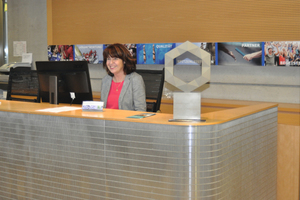 Der Preis des Siegers erhielt am Empfang bei Carmen Dohmen einen repräsentativen Platz.
