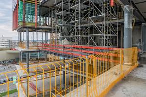 Mit Prokit waren die Deckenränder in jeder Bauphase zuverlässig gegen Absturz gesichert. Die Unterstützung der Stahlverbunddecken über zwei Geschosse hinweg erfolgte mit Peri Up Flex-Stütztürmen.
