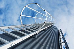 Steigleitern des Qualitätsherstellers aus Günzburg sorgen für den sicheren und schnellen Zugang auf Dächer, Anlagen und Silos.