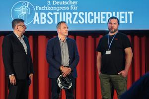 Lion Becker (re.) berichtete im Gespräch mit Eugen Schmitz (li.), Moderator des 2. Kongresstages, und Prof. Dr.-Ing. Marco Einhaus eindrücklich über seinen Unfall und die schwerwiegenden Folgen.