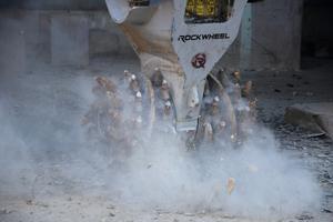 Die Rockwheel Fräse D15 beim Anrauen von Beton.