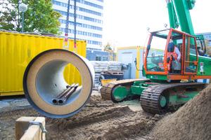 Stahlbeton-Vortriebsrohre in DN 1000 mm werden für den Rohrvortrieb in der geschlossenen Bauweise auf der Baustelle in Hannover vorbereitet.