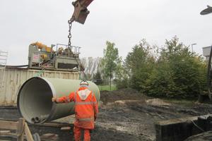Das geringe Gewicht der Rohre erleichtert das Handling auf der Baustelle.