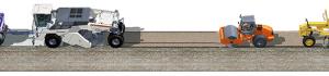 Bei der Stabilisierung mit Zement werden hydraulisch gebundene Tragschichten hergestellt. Das Bindemittel wird von einem Anhängestreuer vorgelegt, gefolgt von einem Wassertankwagen. Dahinter durchmischt der Fräs- und Mischrotor des Wirtgen Stabilisierers den Boden mit dem vorgestreuten Zement homogen. Dabei wird gleichzeitig Wasser über eine Einsprühleiste in den Mischraum eingesprüht. Auch hier übernehmen Grader die Profilierung des aufbereiteten Materials, Walzen stellen abschließend die optimale Verdichtung sicher.