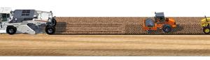 Um die Eigenschaften des Bodens nachhaltig zu verbessern, ist in der Regel ein Maschinenzug notwendig. Den Anfang macht ein Bindemittelstreuer, der das Bindemittel gleichmäßig vorlegt, gefolgt von einem Wirtgen Bodenstabilisierer. Der WR 250 durchmischt mit seinem Fräs- und Mischrotor den Boden homogen mit dem vorgestreuten Kalk. Ein druckbeaufschlagter Abstreifer an der hinteren Walzenklappe sorgt dafür, dass das aufbereitete Material eben abgezogen wird. Während ein Grader die Profilierung des aufbereiteten Bodengemisches übernimmt, sorgen Erdbauwalzen für die optimale Verdichtung.