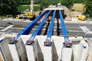"""Wichtig war der sichere hundertprozentige Kraftschluss zwischen den vier Stahlträgern der Brücke und den in die """"Beton-Lego-Steine"""" eingelassenen Auflageflächen."""