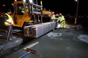 Einsetzen der Bircoport mit fünf Meter Baulänge und rund drei Tonnen Gewicht, direkt von oben mittels Verlegehilfen.