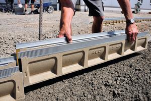 Handling, Transport und Einbau der Aco Drain Multiline Seal in Entwässerungsrinne gestalten sich aufgrund des geringen Bauteilgewichts sehr einfach.